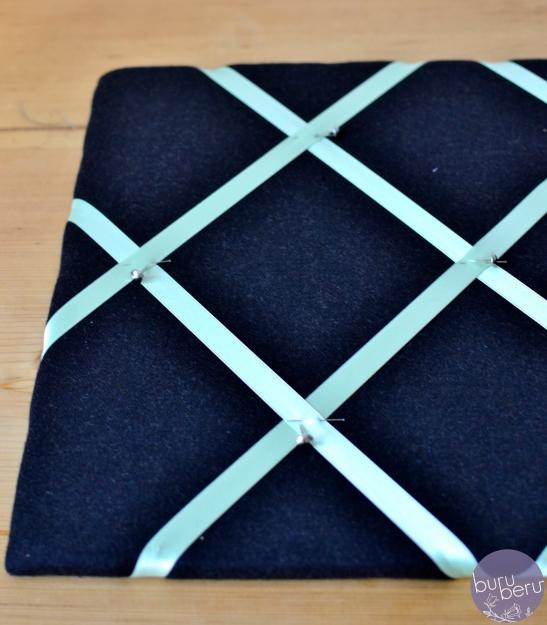 Schritt 6: Danach auf der Rückseite die Satinbänder mit dem Tacker befestigen.